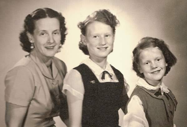Gladys May (Mills) Hawley w Wanda and Nora in 50s